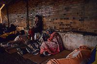 APARECIDA, SP, 23.07.2013 - PAPA NO BRASIL / APARECIDA -Peregrinos em acampamento na calçada no Santuario Nacional de Aparecida um dia antes da visita do Papa Francisco, nesta terça-feira, 23. (Foto: Adriano Lima / Brazil Photo Press).