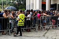 SÃO PAULO, SP, 20.03.2019: SHOW-SP - Fãs fazem fila na bilheteria do estádio do Pacaembu, em São Paulo, para o primeiro dia de venda dos ingressos do show da dupla Sandy e Junior; somente 10% do total de ingressos foi colocado na pré-venda, causando o esgotamento rápido de meia entrada. (Foto: Carla Carniel/Código19)