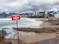 ATEN&Ccedil;AO EDITOR  FOTO EMBARGADA PARA VEICULOS INTERNACIONAIS - RIO DE JANEIRO, RJ 27 DE SETEMBRO 2012 - Nesta manha (27) Ressaca nas praias da cidade do Rio de Janeiro.<br /> Praia de Ipanema<br /> FOTO RONALDO BRANDAO/BRAZIL PHOTO PRESS