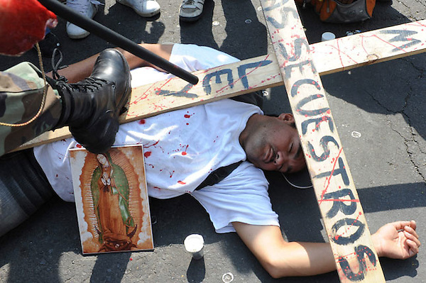 MEX16 - CIUDAD DE MÉXICO (MÉXICO), 26/04/2011-. Un grupo de indocumentados y activistas procedentes del sur del país protesta hoy, martes 26 de abril de 2011, durante un acto celebrado en Ciudad de México, en el que solicitaron a la Cámara de Diputados la aprobación de una nueva ley migratoria avalada por el Senado el pasado 22 de febrero. EFE/Mario Guzmán