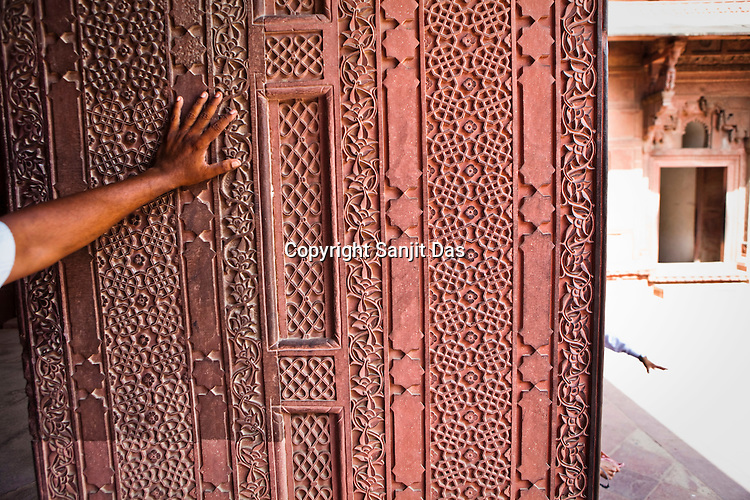 Intricate designs seen on the pillars of Agra Fort in Agra, Uttar Pradesh in India. Photo: Sanjit Das/Panos pour Le Point