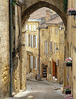 France, Aquitaine, St. Emilion: Street Scene in Old Town | Frankreich, Aquitanien, St. Emilion: Altstadtgasse