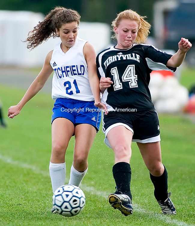 LITCHFIELD, CT- 20 SEPT 06- 0920006JT06- <br /> Litchfield's Liz Randazzo and Terryville's Ashley Bouchard race for possession at Wednesday's game at Litchfield.<br /> Josalee Thrift Republican-American