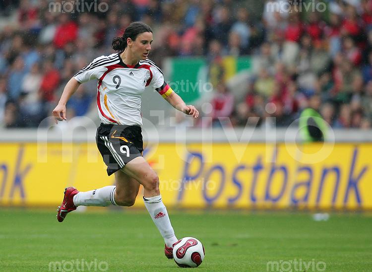29.07.07 Frauenlaenderspiel in Magdeburg Deutschland - Daenemark Birgit PRINZ (GER), Einzelaktion am Ball.
