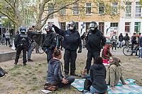 """Auf und rund um den Rosa-Luxemburg-Platz in Berlin-Mitte haben am Samstag den 25. April 2020 mehrere hundert Menschen gegen die Einschraenkungen im Zuge der Massnahmen zur Eindaeemung der Covid-19-Pandemie protestiert. Rechtsextremisten, Hooligans, Antisemiten, Verschwoerungstheoretiker und AfD-Politiker hatten zu einer sogenannten """"Hygiene-Demo"""" versammelt. Vereinzelt protestierten Menschen am Rande gegen diese Demonstration.<br /> Die Polizei war mit mehreren hundert Beamten im Einsatz und nahm mehr als 100 Personen fest.<br /> Im Bild: Polizeibeamte fordern Demonstranten zum gehen auf.<br /> 25.4.2020, Berlin<br /> Copyright: Christian-Ditsch.de<br /> [NUR FUER REDAKTIONELLE ZWECKE! Werbung nur auf Anfrage beim Fotografen. Inhaltsveraendernde Manipulation des Fotos nur nach ausdruecklicher Genehmigung des Fotografen. Vereinbarungen ueber Abtretung von Persoenlichkeitsrechten/Model Release der abgebildeten Person/Personen liegen nicht vor. NO MODEL RELEASE! Don't publish without copyright Christian-Ditsch.de, Veroeffentlichung nur mit Fotografennennung, sowie gegen Honorar, MwSt. und Beleg. Konto: I N G - D i B a, IBAN DE58500105175400192269, BIC INGDDEFFXXX, Kontakt: post@christian-ditsch.de<br /> Bei der Bearbeitung der Dateiinformationen darf die Urheberkennzeichnung in den EXIF- und  IPTC-Daten nicht entfernt werden, diese sind in digitalen Medien nach §95c UrhG rechtlich geschuetzt. Der Urhebervermerk wird gemaess §13 UrhG verlangt.]"""