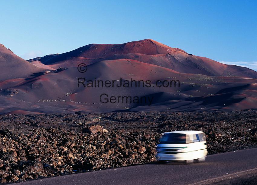 Spanien, Kanarische Inseln, Lanzarote, Timanfaya Nationalpark: Landstrasse, Auto | Spain, Canary Island, Lanzarote, Timanfaya National park: rural road, car