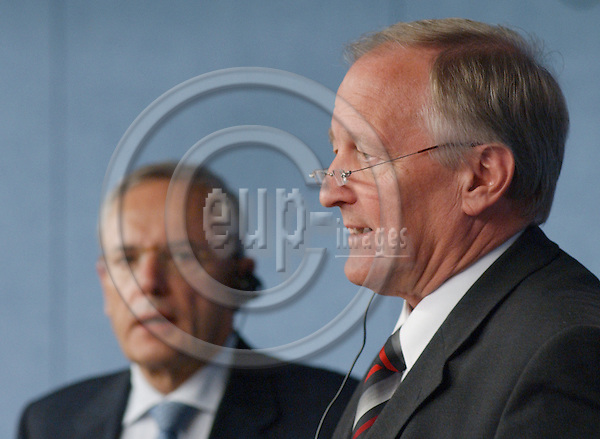 Brussels-Belgium - September 17, 2004---Jacques BARROT (le), European Commissioner in charge of regional policy, and Peter STRAUB (ri), President of the Committee of the Regions in the EU, during their press briefing on the OPEN DAYS 2004; in the press room of the 'Breydel', main building of the Commission of the European Union---Photo: Horst Wagner/eup-images