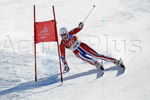 20 February 2006: Norwegian skier Kjetil Jansrud (NOR) rounds a corner during his first run in the Men's Giant Slalom at the Sestriere sub-area Colle during the 2006 Turin Winter Olympics. Photo: Neil Tingle/actionplus..060220 torino male man men ski skiing snow