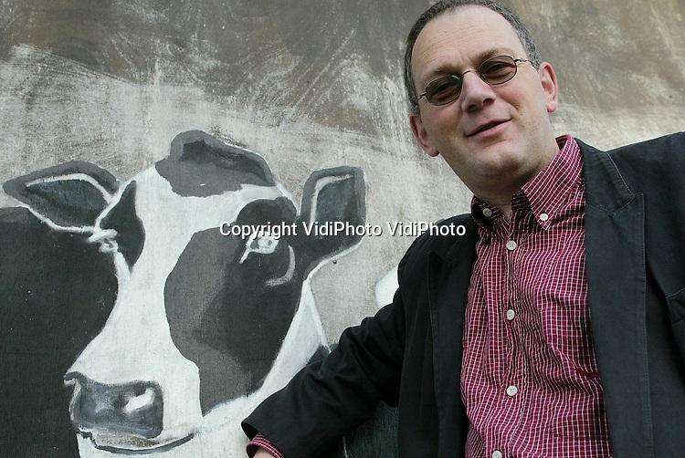 WK45G8keyzer.Foto: VidiPhoto..Pastor Richard Keyzer bij een nageschilderde koe. (voor jullie archief?)