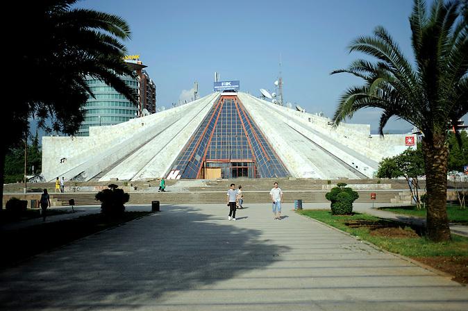 Strssenszene an der Pyramide in Tirana , Albanien ,  06.2008 . Travel Reise Europa Balkan Suedosteuropa Osteuropa Albania Tirane .