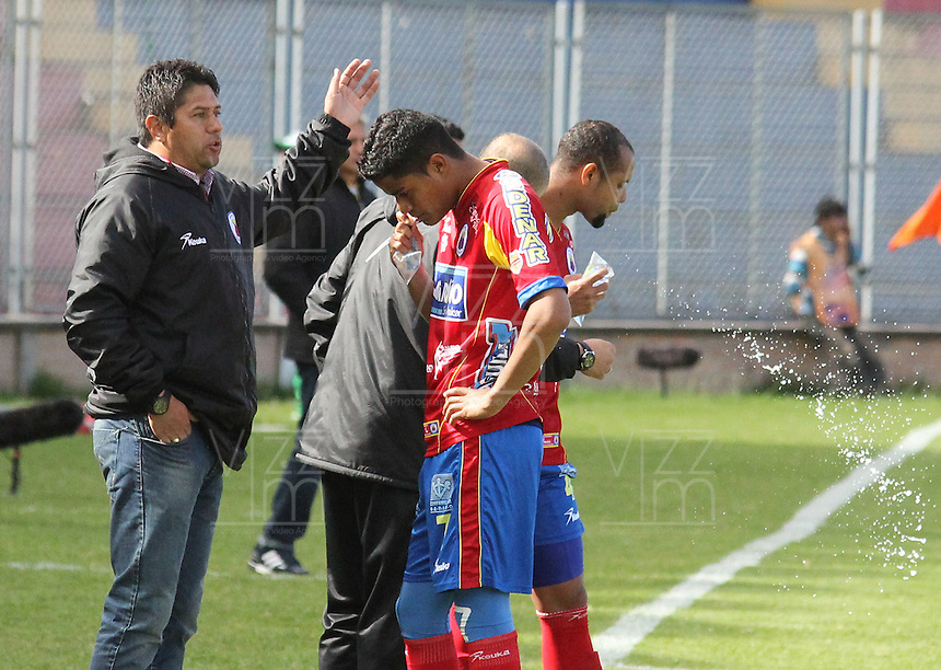 PASTO -COLOMBIA, 09-08-2014. Wilson Gutierrez tácnico del  Deportivo Pasto da instrucciones a Kevin Rendon durante partido con Alianza Petrolera por la fecha 4 Liga Postobón II 2014 jugado en el estadio La Libertad de Pasto./ Wilson Gutierrez coach of Deportivo Pasto gives directions to Kevin Rendon during the match against Alianza Petrolera during the match for the 4th date of Postobon  League II 2014 played at La Libertad stadium in Pasto. Photo: VizzorImage / Leonardo Castro / STR