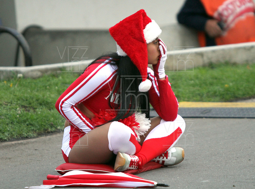 BOGOTA -COLOMBIA- 1 -12--2013. Una porrista de Independiente Santa Fe muestra su tristeza al ver perder  de local  a su equipo 2 goles por cero ante Itagui y quedar eliminado de jugar la final del campeonato nacional. Accion de juego correspondiente al partido entre los equipos Independiente Santa Fe  e Itagui, encuentro de los cuadrangulares finales de la Liga Postobon jugado en el estadio de El Campin /  A cheerleader Independiente Santa Fe shows his sadness to see lose their local team by 2 goals to nil Itagui be removed from play and the national championship. Action game for the match between the teams Independiente Santa Fe and Itagui, meeting the end-runs Postobon League played at El Campin Stadium .Photo: VizzorImage / Felipe Caicedo / Staff