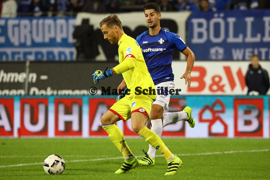 Torwart Oliver Baumann (TSG 1899 Hoffenheim) gegen Antonio Colak (SV Darmstadt 98) - SV Darmstadt 98 vs. TSG 1899 Hoffenheim, Johnny Heimes Stadion am Boellenfalltor