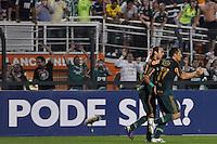 SÃO PAULO, SP, 25 DE AGOSTO DE 2012 - CAMPEONATO BRASILEIRO - PALMEIRAS x SANTOS: Corrêa (d) comemora com Valdivia (e) gol do Palmeiras durante partida Palmeiras x Santos, válida pela 19ª rodada do Campeonato Brasileiro no Estádio do Pacaembú. FOTO: LEVI BIANCO - BRAZIL PHOTO PRESS