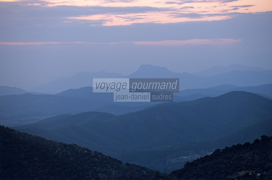 Europe/Provence-Alpes-Côte d'Azur/83/Var/Forêt des Maures: Coucher de soleil sur le Massif des Maures depuis la route forestière privée des Crètes