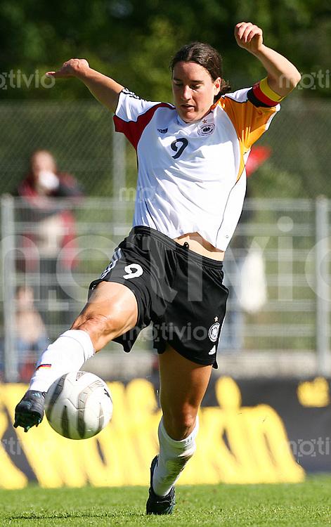 Fussball Frauen WM Qualifikation Deutschland - Schweiz   Birgit PRINZ (GER) Einzelaktion am Ball.
