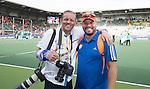 DEN HAAG - WK Hockey. Max Caldas met fotograaf Willem Vernes. na het winnen van goud. COPYRIGHT KOEN SUYK