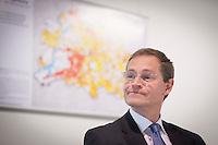 Senator für Stadtentwicklung und Umwelt Michael Müller (SPD) am Donnerstag (23.05.13) in Berlin waehrend einer Pressekonferenz  zur Vorstellung des Mietspiegel 2013. Der Senat stellt bei einer Pressekonferenz den Mietspiegel des Jahres 2013 vor. Foto: Timur Emek/CommonLens