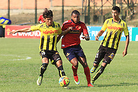 FLORIDABLANCA -COLOMBIA-29-03-2014. Rafael Carrascal (Izq) de Alianza Petrolera disputa el balón con Jherson Cordoba (Der) de Inep. Medellin en partido por la fecha 13 de la Liga Postobón I 2014 jugado en el estadio Alvaro Gómez Hurtado de la ciudad de Floridablanca./ Alianza Petrolera player Rafael Carrascal ( L) fights for the ball with Inep. Medellin player Jherson Cordoba ( R) during match valid for the 13th date of the Postobon League I 2014 played at Alvaro Gómez Hurtado stadium in Floridablanca city.  Photo: VizzorImage/Duncan Bustmante/STR