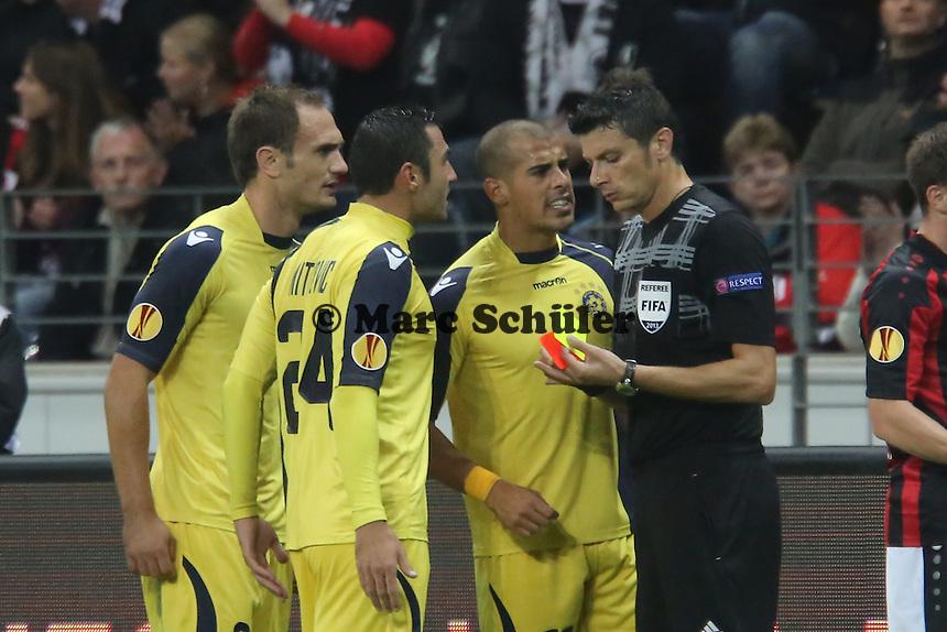 Tal Ben Haim (Tel Aviv) bekommt die Gelb-Rote Karte von Schiedsrichter Antonio Damato (ITA) und regt sich auf - Eintracht Frankfurt vs. Macabi Tel Aviv, Europa League 3. Spieltag
