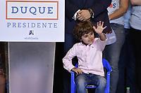 BOGOTA - COLOMBIA, 17-06-2018: Matias Duque, hijo de Ivan Duque, presidente electo y candidato presidencial por el partido Centro Democrático, durante la alocución de su padre al finalizar la segunda vuelta de las elecciones presidenciales de Colombia 2018 hoy domingo 17 de junio de 2018. El candidato ganador gobernará por un periodo máximo de 4 años fijado entre el 7 de agosto de 2018 y el 7 de agosto de 2022. / Matias Duque, son of Ivan Duque, elected president and presidential candidate for the Centro Democratico party, during the speech of his father after Colombia's second round of 2018 presidential election today Sunday, June 17, 2018. The winning candidate will govern for a maximum period of 4 years fixed between August 7, 2018 and August 7, 2022. Photo: VizzorImage / Gabriel Aponte / Staff