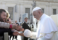 Un fedele offre uno zuccotto a somiglianza di una papalina al termine dell'udienza generale del mercoledi' in piazza San Pietro. Citta' del Vaticano, 21 novembre 2018.<br /> A man offers a cap to Pope Francis as he leaves at the end of his weekly general audience in St. Peter's Square at the Vatican, on Novembre 21, 2018.<br /> UPDATE IMAGES PRESS/Isabella Bonotto<br /> <br /> STRICTLY ONLY FOR EDITORIAL USE