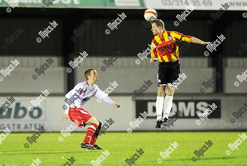 2011-03-26 / Voetbal / seizoen 2010-2011 / Hoogstraten - Verbr. Geel-Meerhout / Roy van der Linden (L, Hoogstraten) met Boeckmans..Foto: Mpics