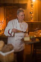 Italie, Val d'Aoste, Vallée d'Ayas, Challand-Saint-Anselme: Paola chef du restaurant de l'hotel: La Torreta //  Italy, Aosta Valley, Ayas  Valley, Challand Saint Anselme: Paola chef of the hotel: La Torreta