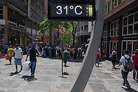 SÃO PAULO-SP,15,09,2014-CLIMA TEMPO SÃO PAULO -  A Temperatura passa dos 30° e umidade relativa do ar segue baixa na região central da cidade de São Paulo,no começo da tarde dessa Segunda-Feira,15.(Foto:Kevin David/Brazil Photo Press)