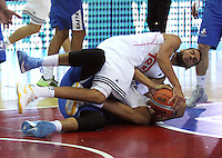 BOGOTA -COLOMBIA, 21 -SEPTIEMBRE-2014. Mejri Salah  (Der) de Real Madrid disputa el balon con Bayona Reyes Hebert de Guerreros de Bogota durante partido por   La Copa Euroamericana de baloncesto entre los equipos Real Madrid y Guerreros de Bogota  jugado en el coliseo El Salitre . / Mejri Salah  (R) of Real Madrid dispute the ball with Bayona Reyes Hebert of Guerreros de  Bogota during the Euroamericana Cup match between basketball teams Real Madrid and  Guerreros of Bogota played in the coliseum El Salitre  .Photo:VizzorImage / Felipe Caicedo / Staff