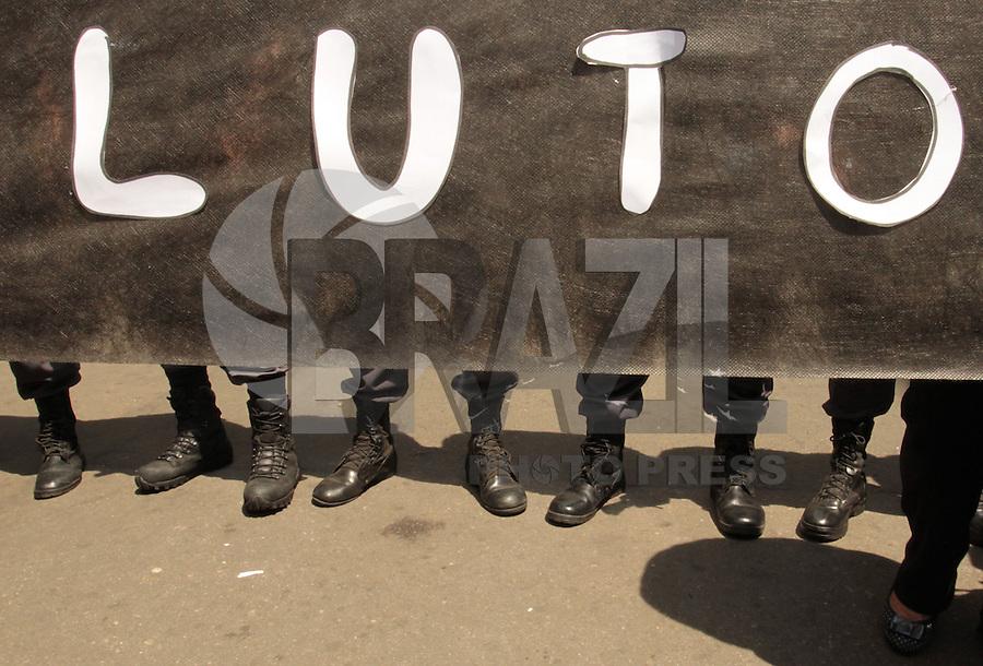RIO DE JANEIRO, RJ, 30.09.2013 - MOVIMENTAÇÃO DOS PROFESSORES EM TORNO DA CAMARA MUNICIPAL - Movimentação antes do  ato dos professores contra a desocupação de forma truculenta e sem mandato judicial por parte da polícia na noite deste sábado (28), a Polícia Militar do Rio de Janeiro realizou a desocupação da Câmara dos Vereadores, que estava ocupada desde a última quinta-feira pelos professores e profissionais da educação, segunda 30. (Foto: Levy Ribeiro / Brazil  Photo Press)