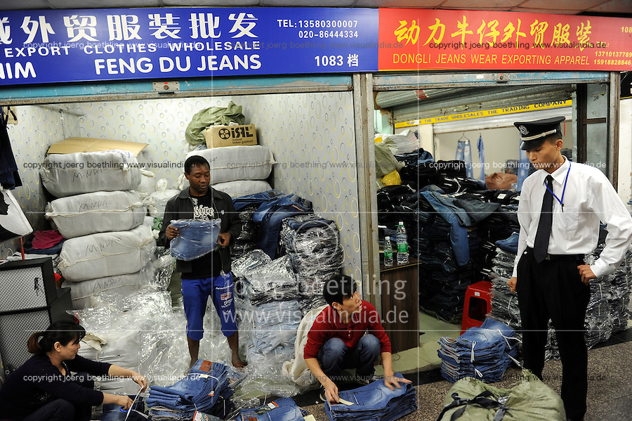 CHINA Guangzhou , african trader buy  textiles in export- and wholesale markets which the ship to Africa for their shops, Canaan Export Center, Nigerian Ikechukwu Nwanzi   / CHINA , Provinz Guangdong , Metropole Guangzhou (Kanton) , Haendler aus Afrika kaufen in Grosshandels-/Exportmaerkten Textilien fuer Ihre Laeden in Afrika ein, Canaan Export Center, Nigerianer Ikechukwu Nwanzi beim Jeans Einkauf