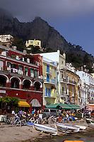 Italien, Capri, Häuser am Hafen in Marina Grande