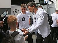 Bayern-Spieler Thomas Müller, Mats Hummels (Deutschland Germany) geben bei der Teamankunft Autogramme - *cs*31.08.2017: Teamankunft Deutschland in Prag, Marriott Hotel