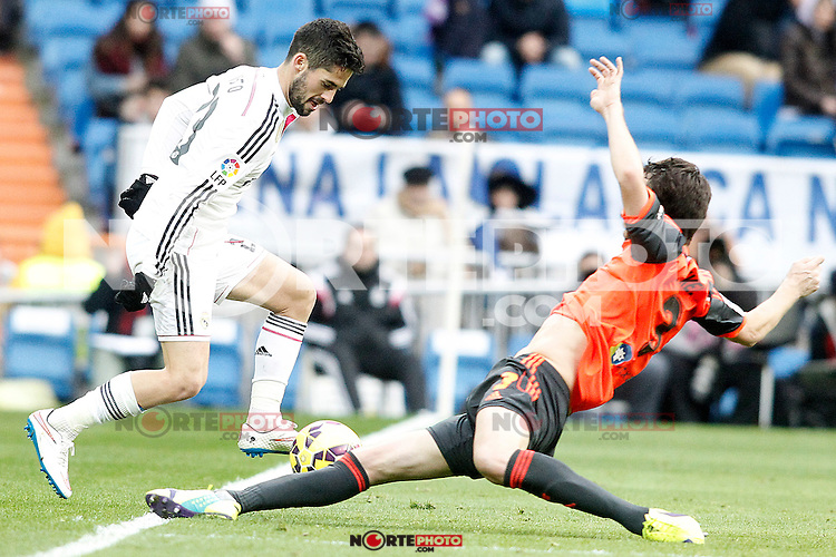 Real Madrid's Isco (l) and Real Sociedad's Mikel Gonzalez during La Liga match.January 31,2015. (ALTERPHOTOS/Acero) /NortePhoto<br />
