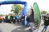 Startschuss von Rüsselsheims Oberbürgermeister Patrick Burghardt für die Nordic Walker am Start an den Opelvillen