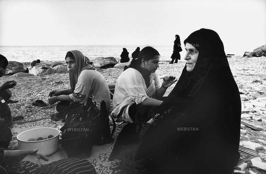2000..Iran. Gilan Province. Near Nowshar. On Hosseini beach, a family has a picnic by the Caspian Sea. .Iran. Province de Gilan. Près de Nowshar. Sur la plage Hosseini, une famille pique-nique au bord de la Mer Caspienne.