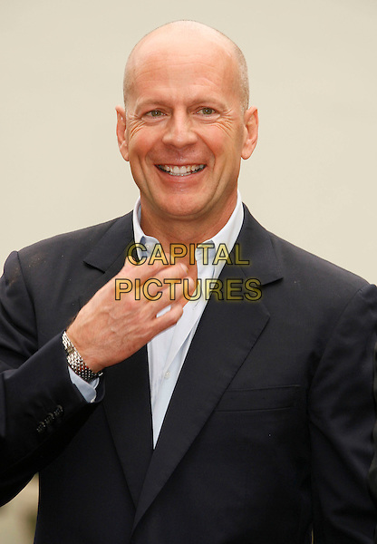 BRUCE WILLIS.is honored with the 2,321 Star on The Hollywood Walk of Fame outside Grauman's Chinese Theatre on Hollywood Boulevard, Hollywood, California, USA, 16 October 2006..half length navy blue shirt suit smiling hand.Ref: ADM/RE.www.capitalpictures.com.sales@capitalpictures.com.©Russ Elliot/AdMedia/Capital Pictures.