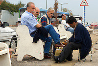 Türkei, Schuhputzer an der Promenade in Üsküdar in Istanbul