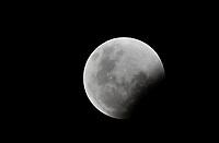 BOGOTÁ - COLOMBIA, 20-01-2019: El eclipse total de luna es visto en Bogotá, Colombia, hoy, 20 de enero de 2019, a partir de las 10:30 pm. / The total Lunar eclipse is seen in Bogota, Colombia today, January 20, 2019, from 10:30 pm. Photo: VizzorImage/ Gabriel Aponte / Staff