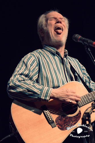Loudon Wainwright III sticking out his tongue by Cleveland music photographer Mara Robinson