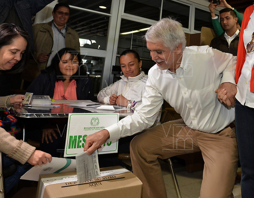 BOGOTA - COLOMBIA. 25-05-2014.  Enrique Peñalosa candidato presidencial en Colombia por el Partido Verde ejerce su derecho al voto en Bogotá durante la jornada de elecciones Presidenciales en Colombia, hoy 25 de mayo de 2014./ Enrique Peñalosa presidential colombian canditate by Green Party exerts his right to vote in Bogota during the day of Presidential elections in Colombia today May 25th 2014. Photo: VizzorImage/ Gabriel Aponte / Staff