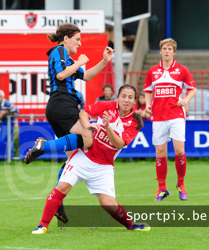 Club Brugge - Standard Femina : duel tussen Jasmine Vanysacker en Vanity Lewerissa, Aline Zeler kijkt toe.fotografe Joke Vuylsteke - vrouwenteam.be