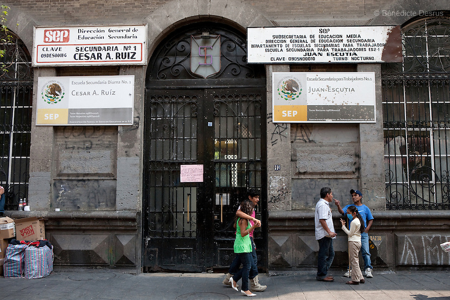 April 24, 2009 - Mexico City, Mexico - Mexican authorities have closed schools and public buildings in the capital in a bid to contain a new flu virus suspected of killing up to 60 people. Photo credit: Benedicte Desrus / Sipa Press