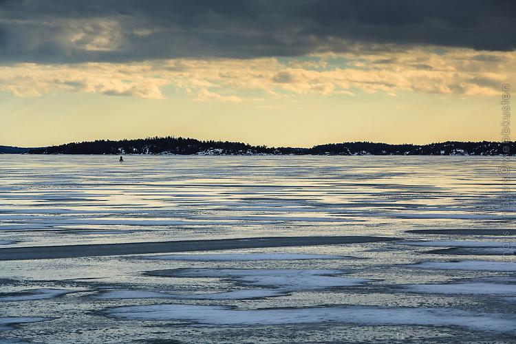 Vår vinter is vid Ingaröfjärden i Stockholms skärgård