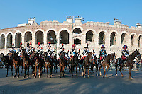 Italy, Veneto, Province Capital Verona: mounted Carabinieri in traditional uniform in front of Amphitheatre Arena di Verona | Italien, Venetien, Provinzhauptstadt Verona: Carabinieri zu Pferde mit traditioneller Uniform vor dem Amphitheater Arena di Verona