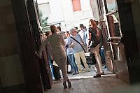 PESCARA 20-06-2012: ESAMI DI MATURITA',  L'INGRESSO DEGLI STUDENTI NEL LICEO GINNASIO GABRIELE D'ANNUNZIO, PER LA PRIMA PROVA DI ITALIANO. NELLA FOTO  ALCUNI GENITORI FUORI DALL'ISTITUTO. FOTO DILORETO ADAMO
