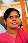 INDIEN Uttar Pradesh, Bundelkhand, Frauen unterer Kasten und kastenlose Frauen organisieren sich in der Frauenbewegung Gulabi Gang von Sampat Pal Devi , sie fordern gleiche Rechte und kaempfen notfalls mit Gewalt mit Bambusstoecken gewalttaetige Maenner, Demo in Mahoba / INDIA UP Bundelkhand, women movement Gulabi Gang in pink sari fight for women rights and against violence of men, corruption and police arbitrariness, protest rally in Mahoba, leader Sampat Pal Devi