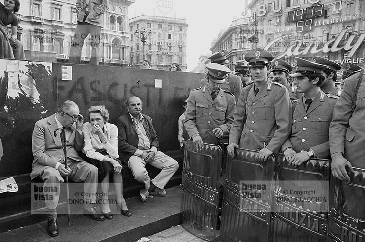 - police in public order in Duomo square (Milan, 1976)....- polizia in ordine pubblico in piazza del Duomo (Milano, 1976)
