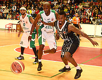 TUNJA - COLOMBIA: 03-05-2013: Yared Corpus (Izq.)  jugador de Las Aguilas de Tunja, disputan el balón con Tayron Thomas (Der) de Piratas de de Bogota, durante partido en el coliseo Alvaro Sanchez Diaz en la ciudad de Tunja, mayo 03  de 2013. Aguilas de Tunja y Piratas de Bogota en partido de la novena fecha de la fase II de  la Liga Directv Profesional de baloncesto (Foto: VizzorImage / Jose Palencia / Str). Yared Corpus (L) player de Las Aguilas de Tunja fights for the ball with Tayron Thomas (R) of Piratas from Bogota, during a match in the Alvaro Sanchez Diaz Coliseum in Tunja city, May 03, 2013. Aguilas from Tunja y Piratas from Bogota in the match for the 9 date of the fase II in the Directv Professional League basketball. (Photo: VizzorImage / Jose Palencia/ Str). .